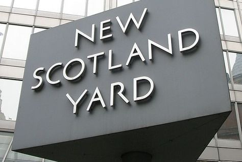 5647-New_Scotland_Yard_sign_3.jpg