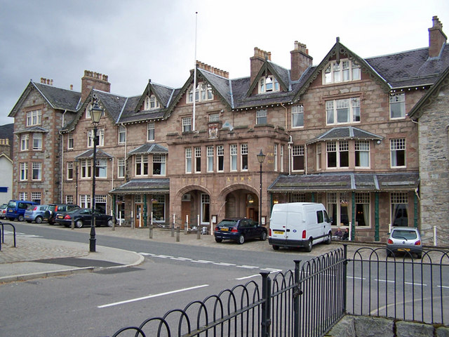 Fife_Arms_Hotel,_Braemar_-_geograph.org.uk_-_1503953